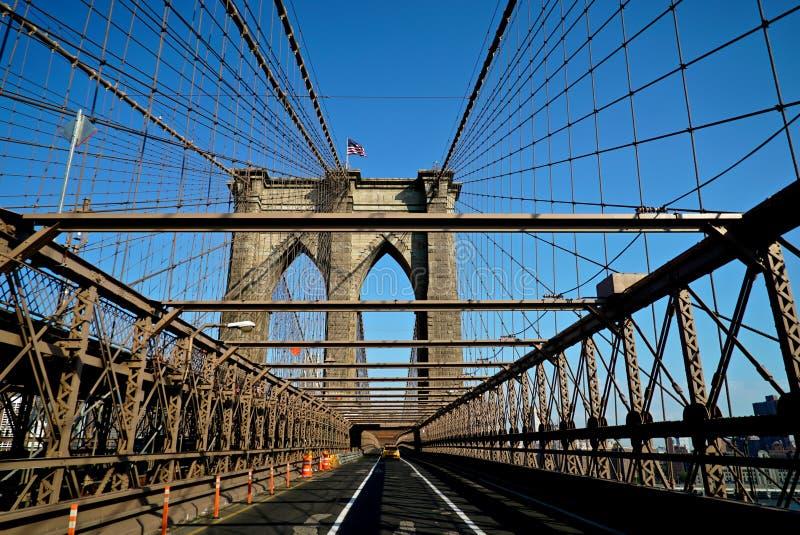 Taxi, welches die Brooklyn-Brücke kreuzt stockbild