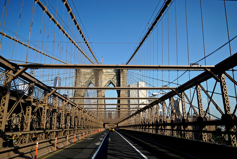 Taxi, welches die Brooklyn-Brücke kreuzt stockfotos