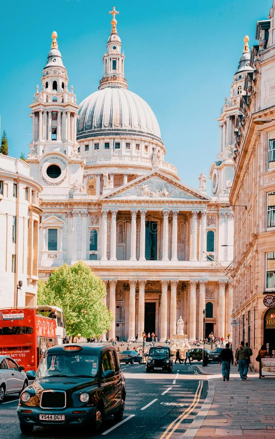 Taxi y calle muy transitada del taxi en St Paul Cathedral London fotos de archivo