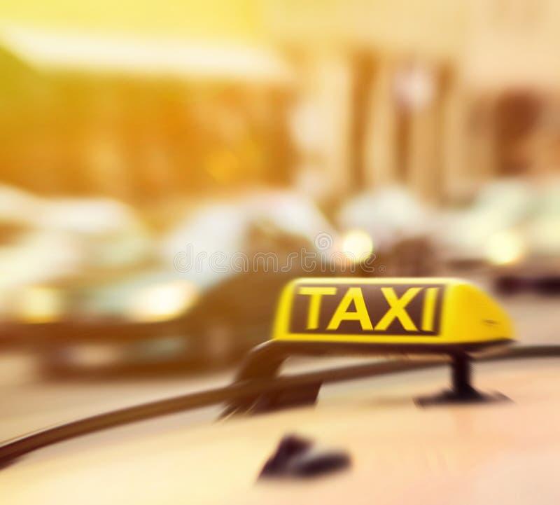 Taxi znak na samochodzie w ruch plamie zdjęcia royalty free