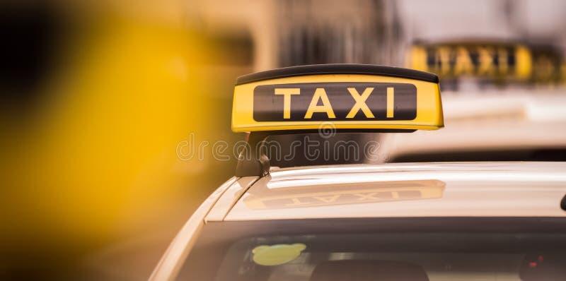 Taxiaffisch i Berlin Germany arkivbilder