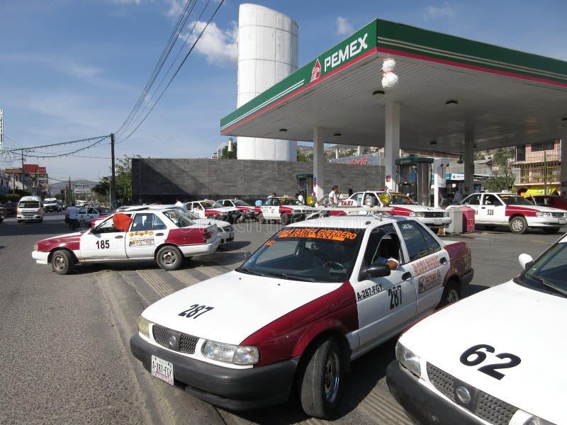 Taxiar på bensinstationen i Chilpancingo Guerreo Mexico royaltyfri fotografi