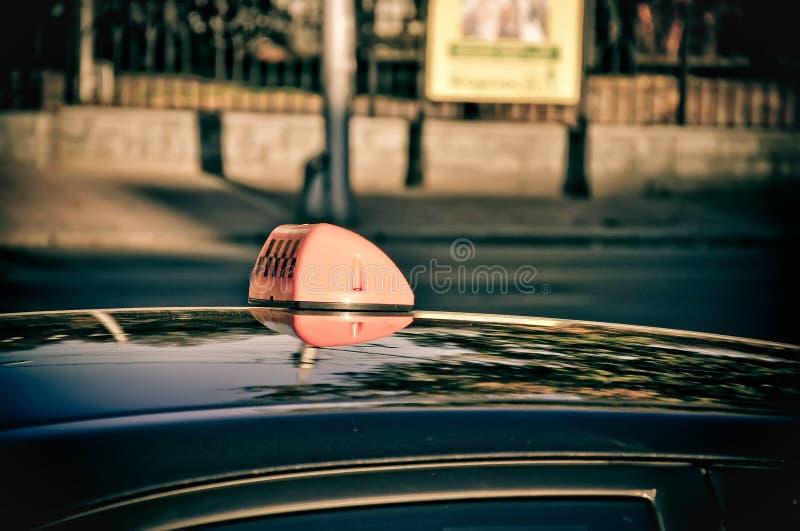 Taxiauto auf der Straße lizenzfreies stockfoto