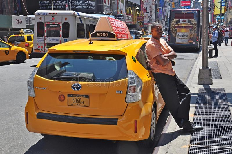 Taxibestuurder in de Stad die van New York op cliënten wachten royalty-vrije stock afbeeldingen