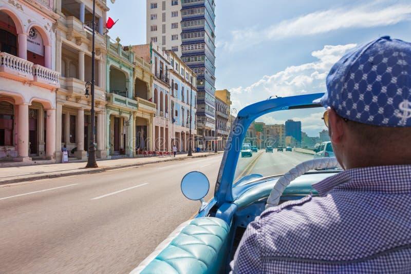 Taxibestuurder het drijven met klassieke, uitstekende, oude Amerikaanse auto stock foto's