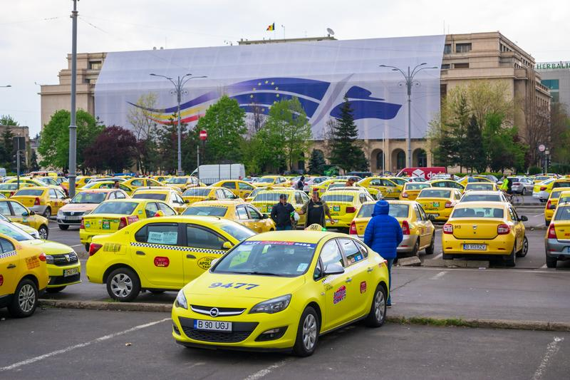 Taxibestuurders die tegen Uber en Slimme bedrijven, in Victory Square Piata Victoriei protesteren stock foto's