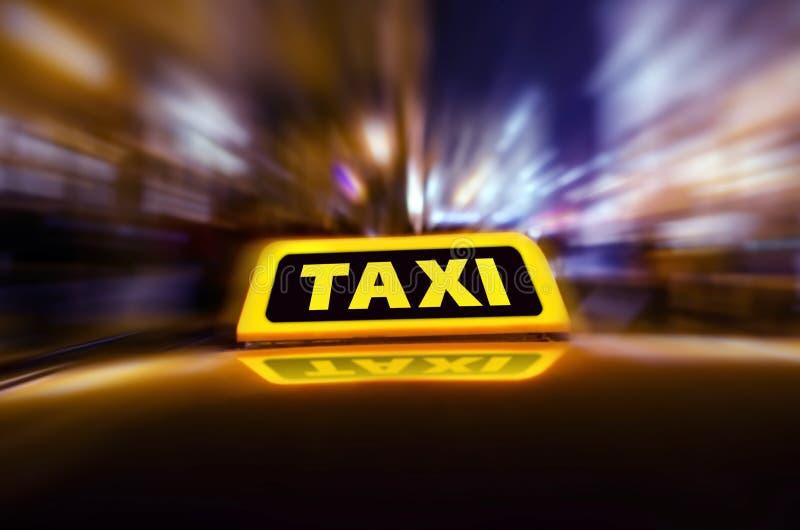 Taxibil på gatan på natten royaltyfri foto
