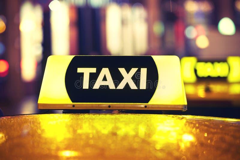 Taxibil på natten royaltyfri fotografi
