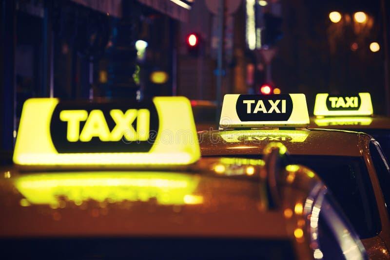 Taxibil på natten royaltyfri bild