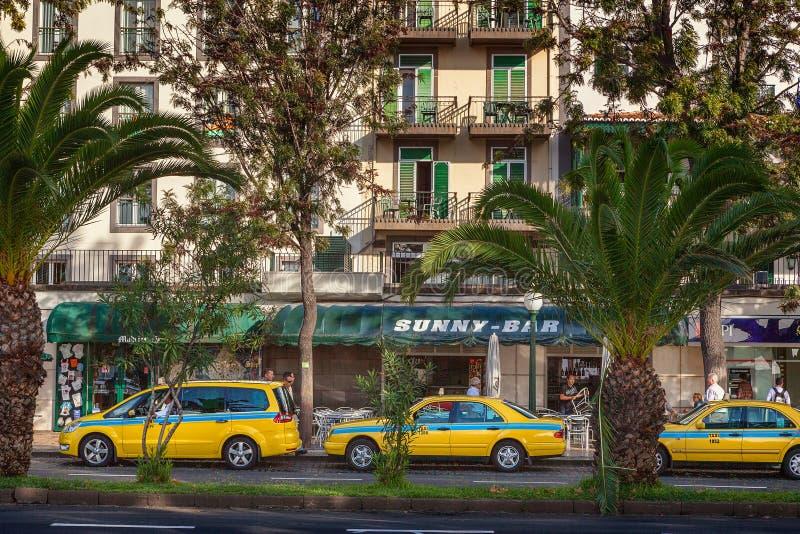 Taxibilar av olika typer som väntar på klienter royaltyfri foto