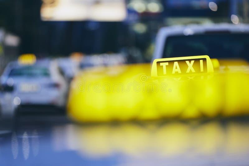 Taxibilar på natten arkivfoton