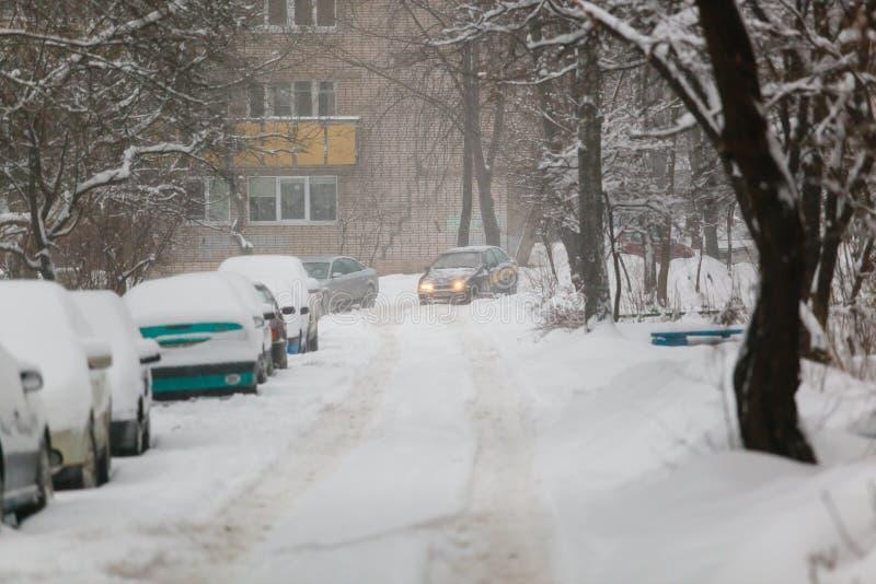Taxibilkörning längs vägen som täckas med tjock snö arkivbilder