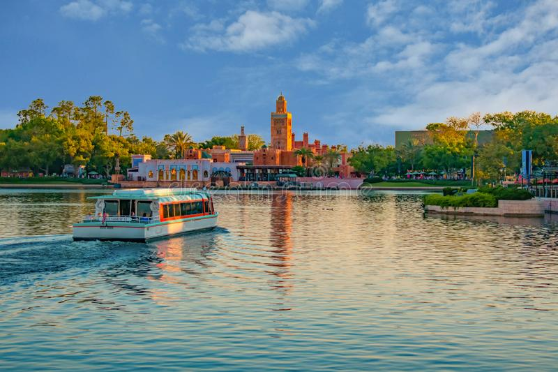 Taxiboot en panorama van het Paviljoen van Marokko in Epcot in Walt Disney World royalty-vrije stock foto's