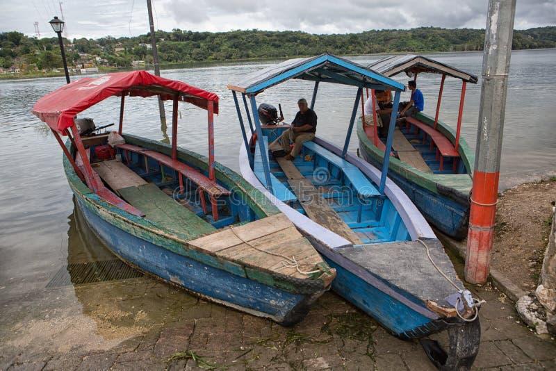 Taxiboten in Flores Guatemala royalty-vrije stock afbeelding