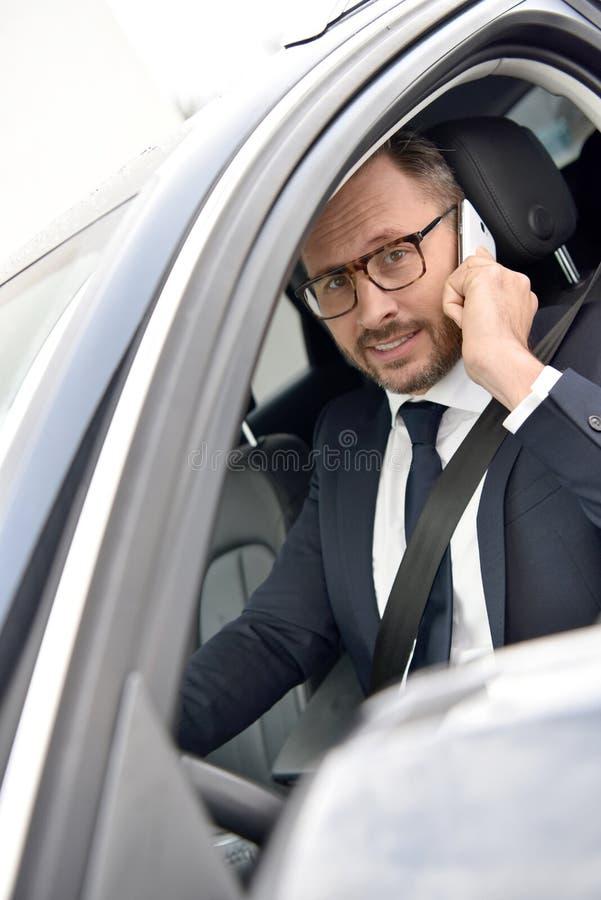 Taxichaufför som talar på telefonen royaltyfria bilder
