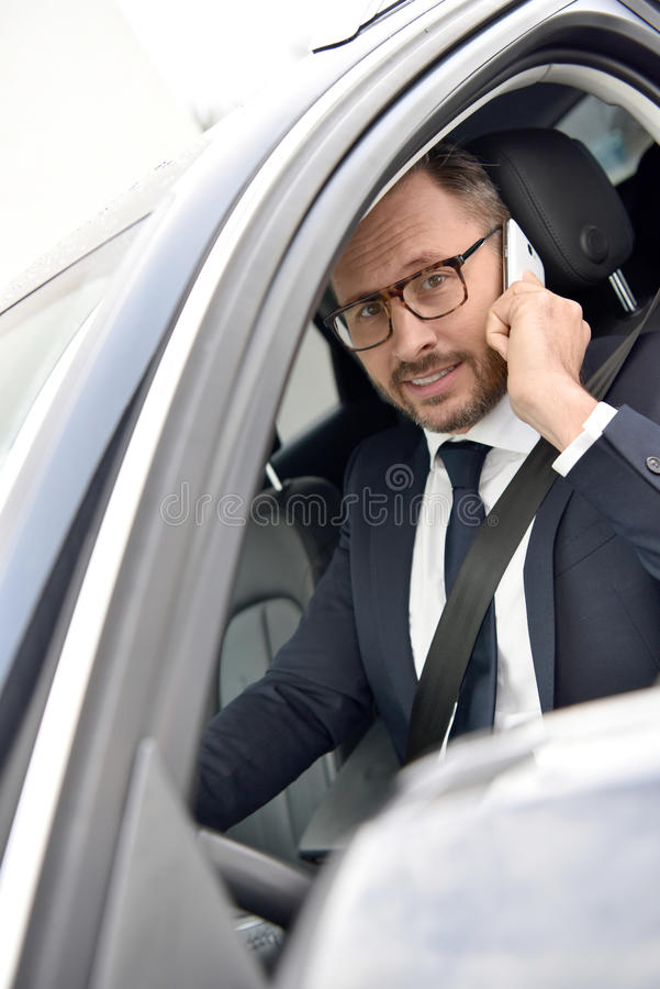 Taxifahrer, der am Telefon spricht lizenzfreie stockbilder