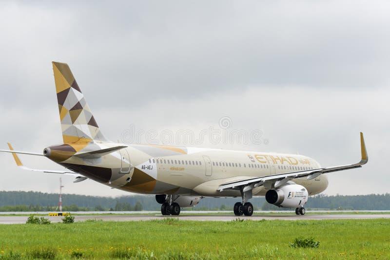 Taxiing de Airbus A321 das linhas aéreas de Etihad fotografia de stock