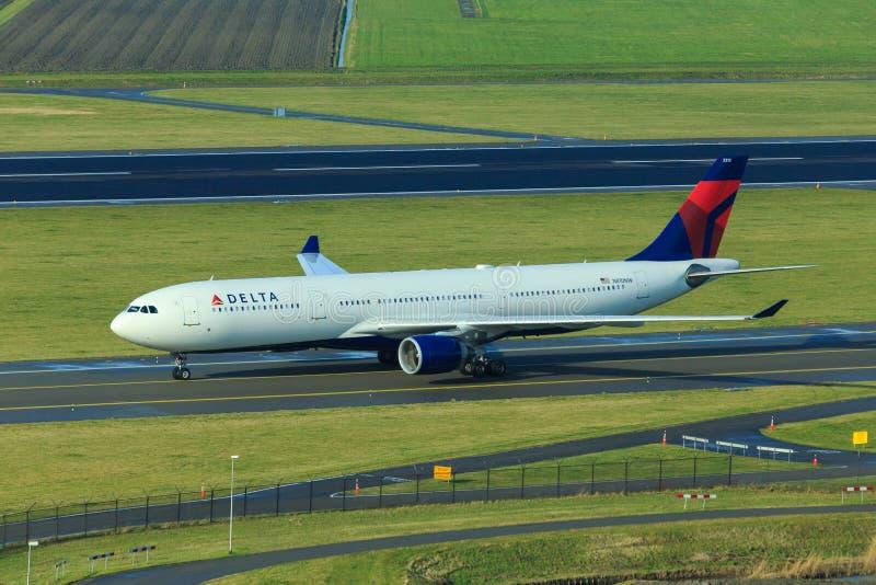 Taxiing de Airbus A330 do delta fotografia de stock royalty free