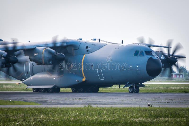 Taxiing do close-up de aviões militares pesados da turboélice do transporte imagem de stock royalty free