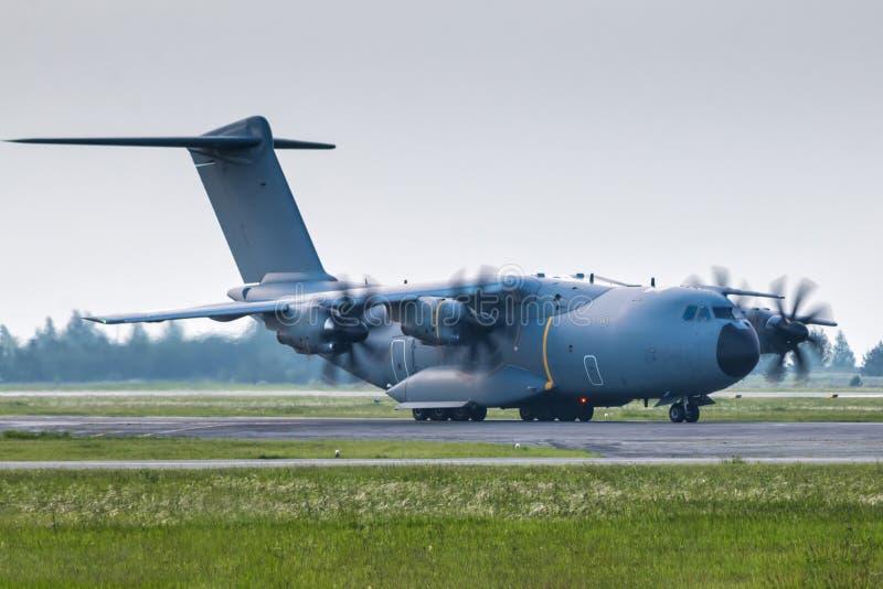 Taxiing militar pesado dos aviões da turboélice do transporte fotos de stock royalty free