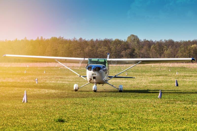Taxiing um avião privado pequeno no aeródromo nos raios do sol de nivelamento imagens de stock royalty free