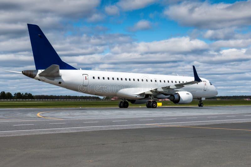 Taxiing um plano de avião de passagem branco no avental do aeroporto fotos de stock royalty free
