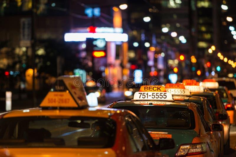 Taxikö i Toronto på natten royaltyfri foto