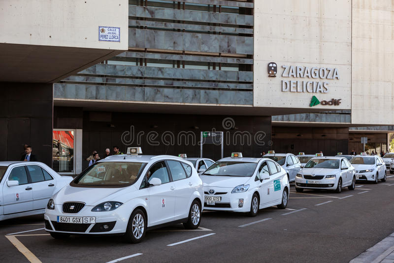 Taxis στο σταθμό τρένου σε Σαραγόσα στοκ φωτογραφίες με δικαίωμα ελεύθερης χρήσης