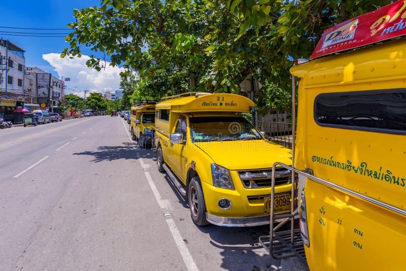 Taxis amarillos en Chiang Mai imagenes de archivo