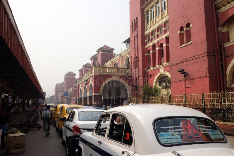 Taxis außerhalb Bahnhofs Howrahs, Indien stockbild