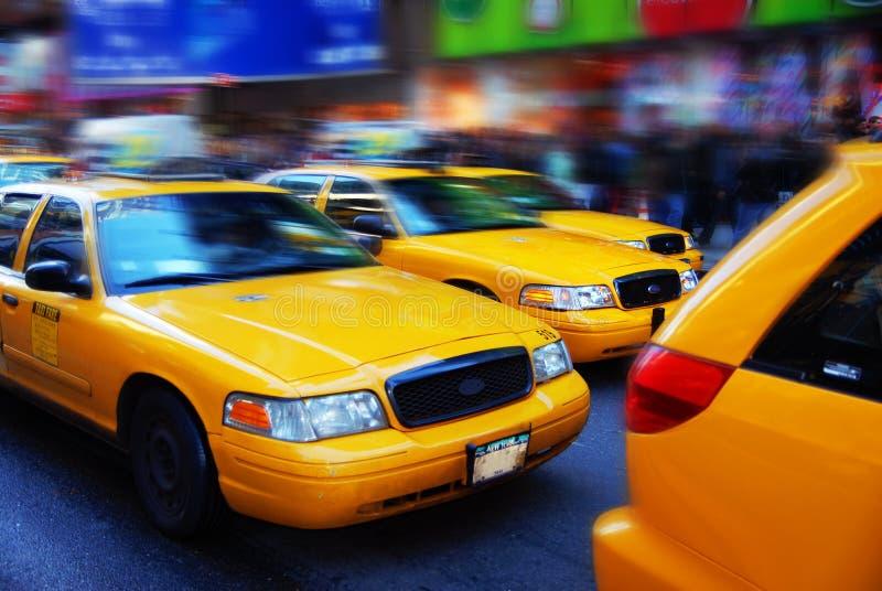 Taxis jaunes dans les périodes carrées, NYC photos libres de droits