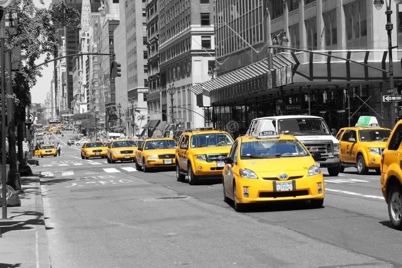 Taxis jaunes sur la 5ème avenue images stock
