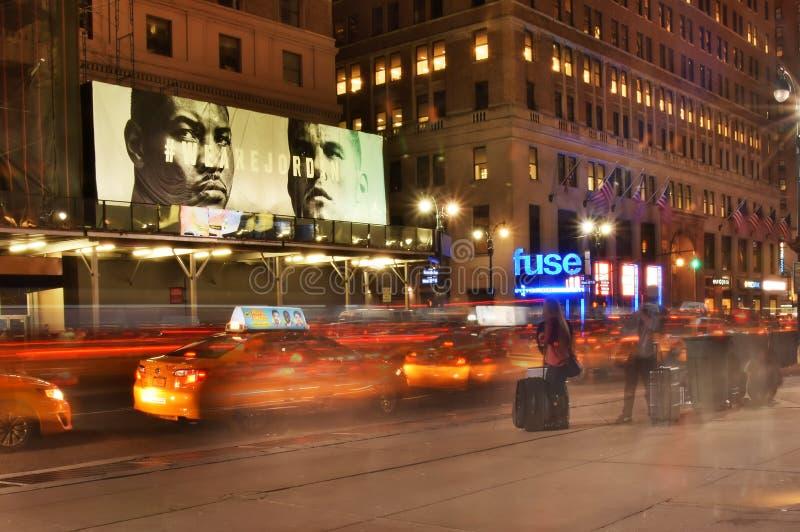 Taxis langs het 7de Ave van de Stad van New York bij nacht royalty-vrije stock fotografie