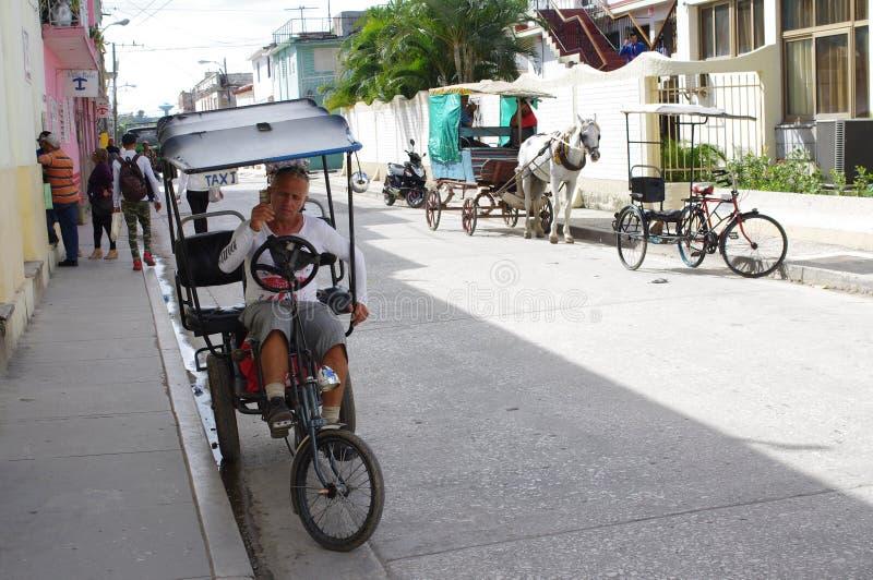 Taxis no motorizados del cubano que esperan a clientes fotos de archivo libres de regalías