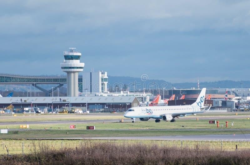 Taxis planos de Flybe Embraer un E190 después de aterrizar en el aeropuerto de Londres Gatwick fotos de archivo libres de regalías