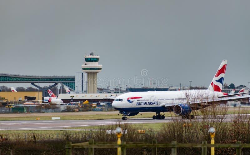 Taxis plats de British Airways après le débarquement à l'aéroport de Londres Gatwick, avec la tour de contrôle du trafic aérien à photo libre de droits