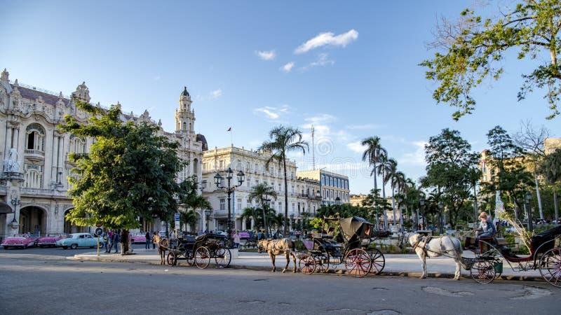 Taxis que esperan delante del teatro magnífico, La Habana, Cuba imagen de archivo libre de regalías