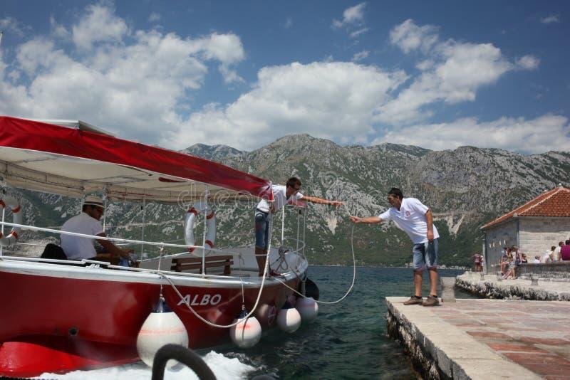 Taxis rojos del barco en Montenegro imagen de archivo