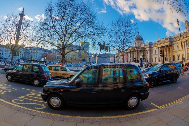 Taxis típicos de Londres delante de Trafalgar Square en la puesta del sol fotos de archivo