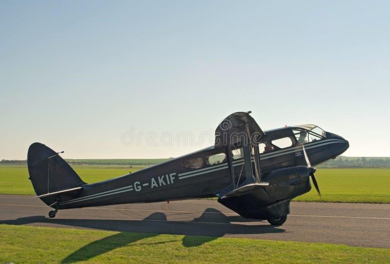 Taxis van DE Havilland Dragon Rapide voor start stock fotografie