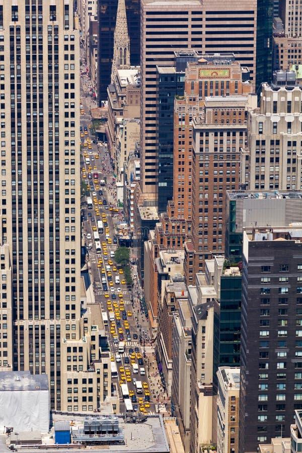 Taxis y coches en una calle de Nueva York imágenes de archivo libres de regalías