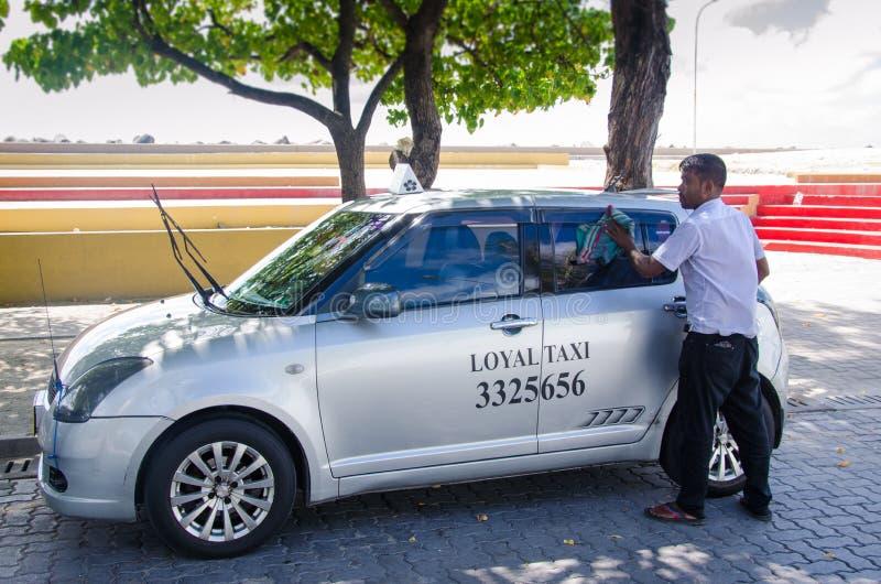 Taxista que limpa seu carro fotos de stock royalty free