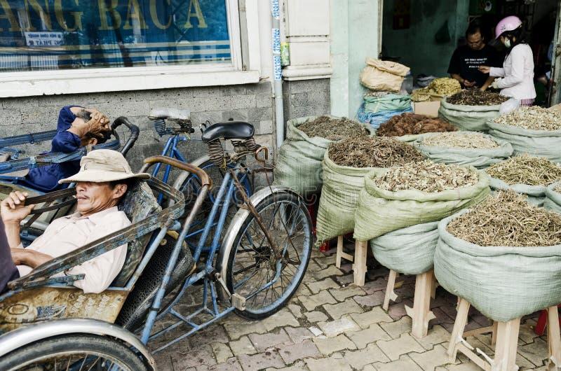 Taxistas ciclo e loja erval na cidade Vietnam do saigon foto de stock royalty free