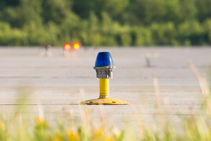 Taxiway lateral à terra da lâmpada no aeroporto imagem de stock royalty free