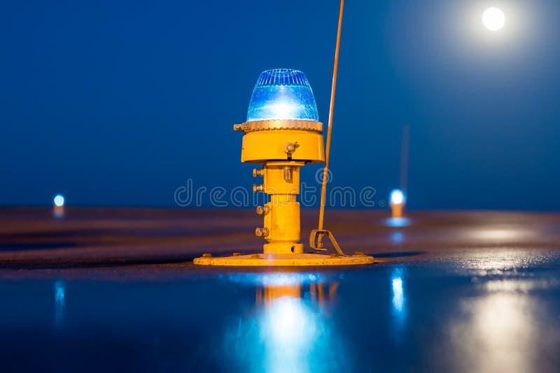 Taxiway, luzes laterais da fileira imagens de stock