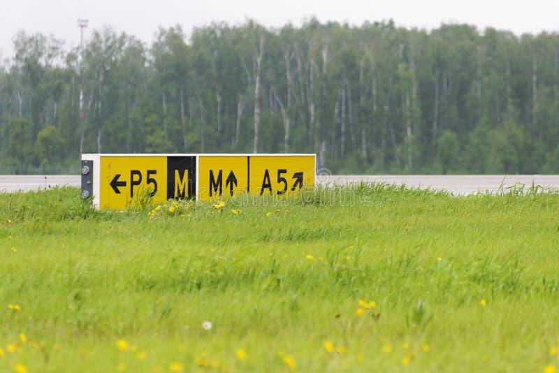 Taxiways указателя знака авиапорта стоковое изображение rf