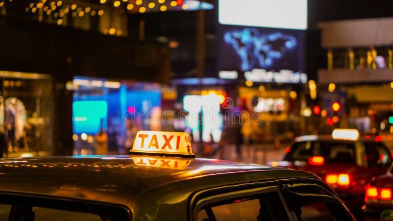 Taxizeichen an der Nachtunschärfeansicht in Kneipen- und Barausgehviertel getrunken lizenzfreie stockbilder