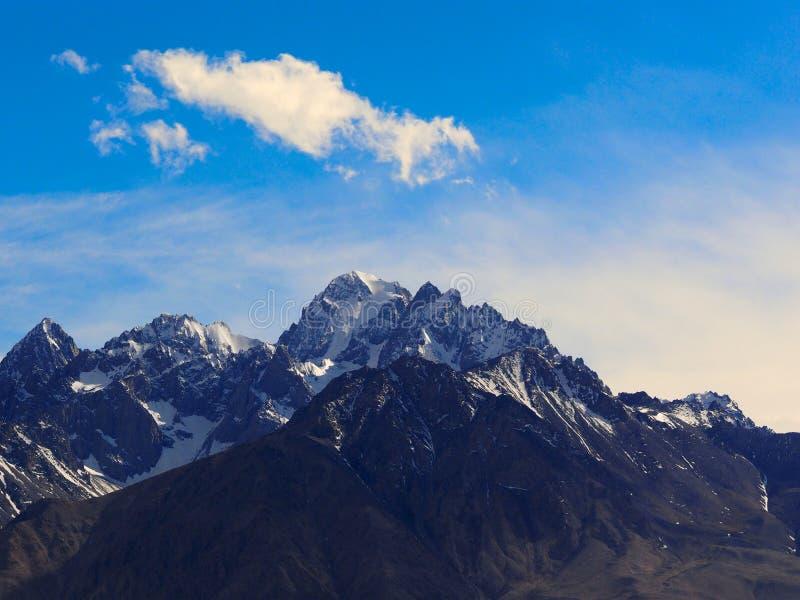Taxkorgan bergöverkant, på den Pamirs platån, Xinjiang, Kina royaltyfri foto