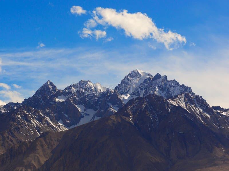 Taxkorgan bergöverkant, på den Pamirs platån, Xinjiang, Kina fotografering för bildbyråer