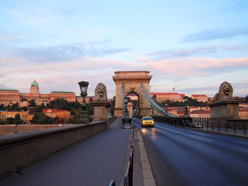 Taxy auf Budapest-Brücke am Morgen stockbilder